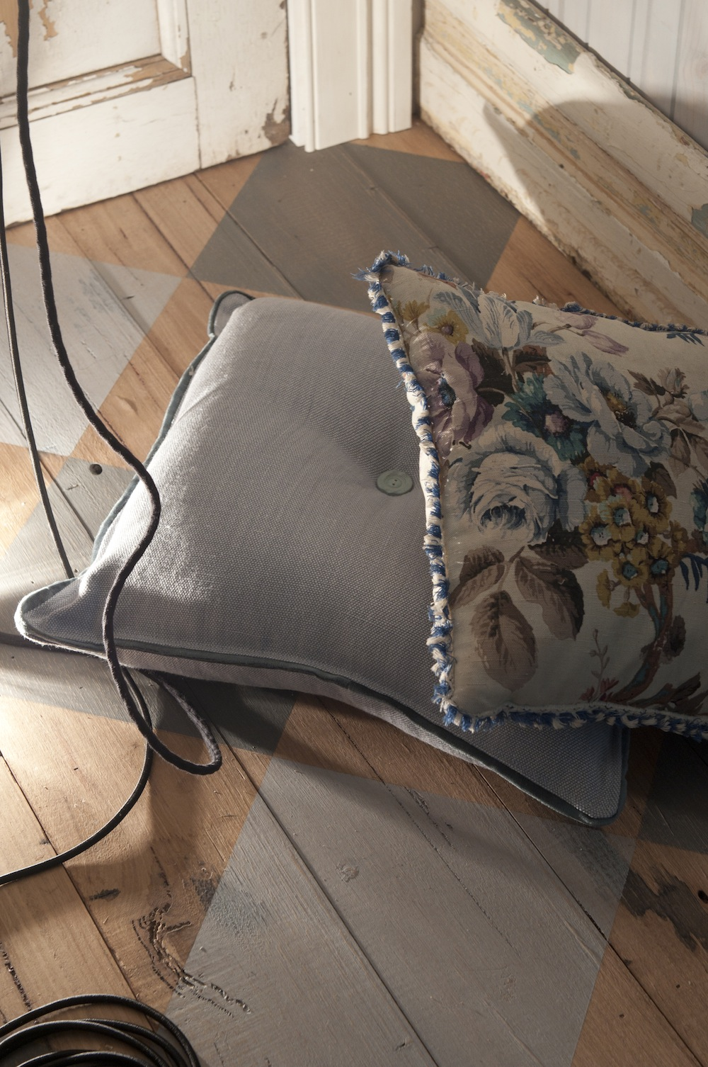 Vintage-and-custom-made-linen-cushion-by-kate-connors-interiors